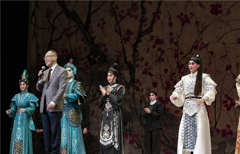 Director Fredric Mao Chun-fai addresses the audience during the curtain call.