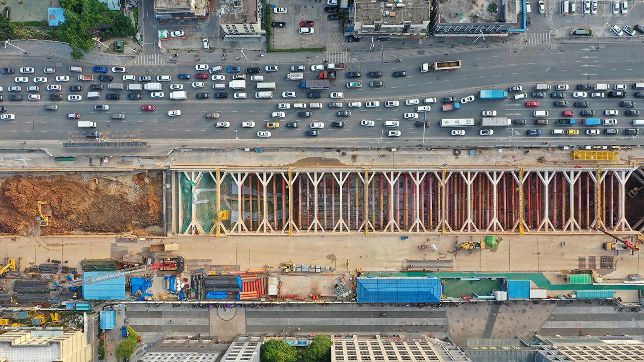 Metro construction site resumes work
