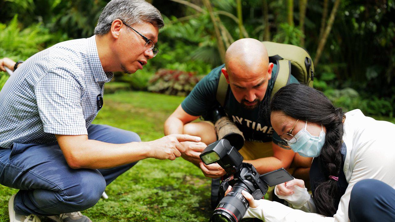 Local bryologist, Colombian teacher explore bryophyte world